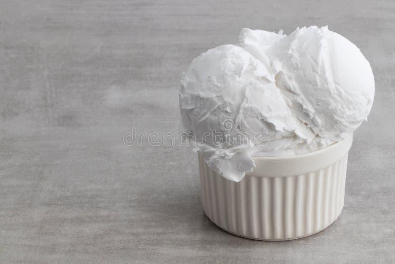 Placa de colheres do gelado de baunilha com espa?o da c?pia foto de stock royalty free