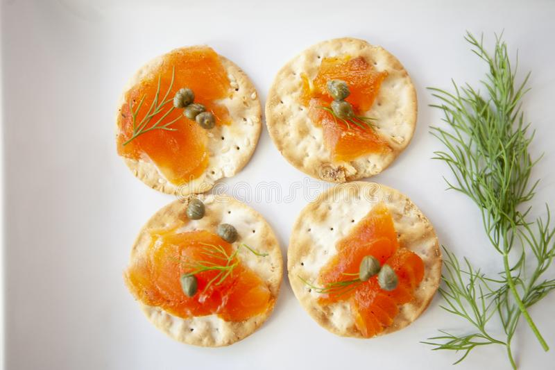 Placa de color salmón curada del aperitivo con las alcaparras y el eneldo fotos de archivo