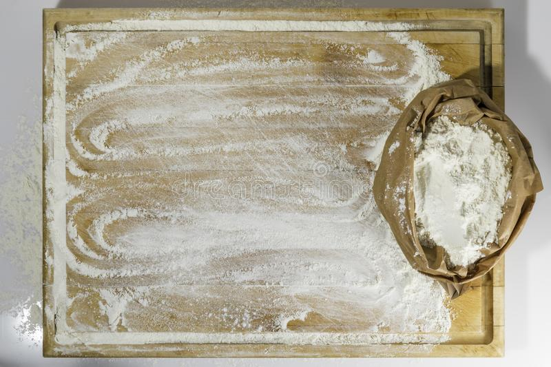 Placa de corte com o saco de farinha imagens de stock