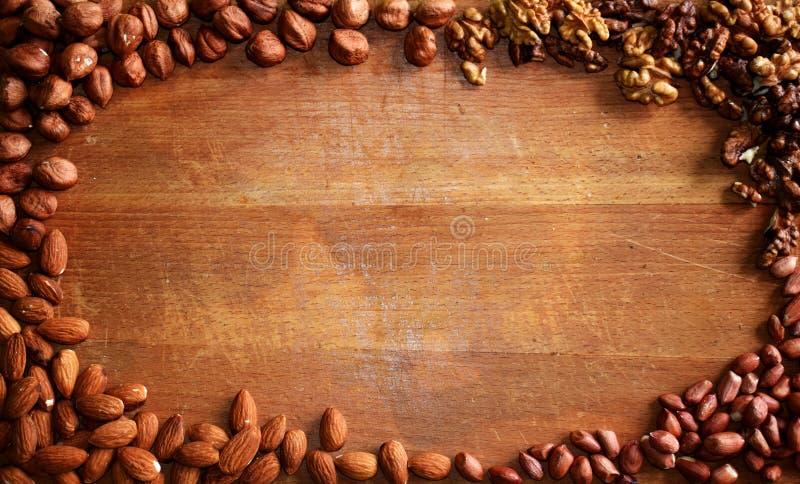 Placa de corte com tipo quatro das porcas imagens de stock