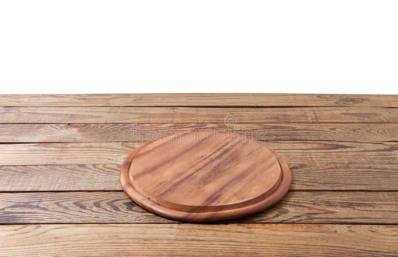 Placa de corte redonda do alimento da pizza na tabela de madeira marrom isolada no fundo branco Opinião de madeira da placa e de  fotografia de stock