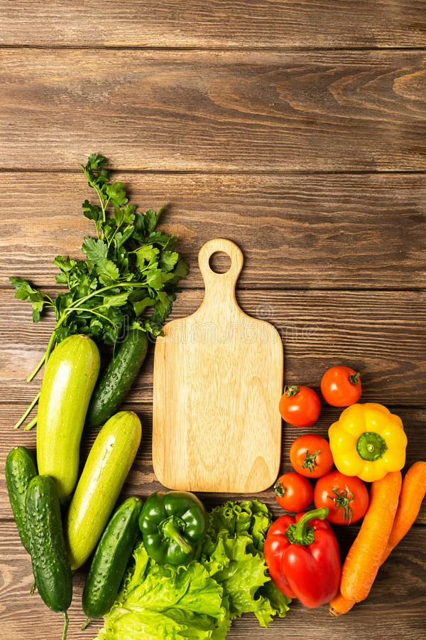 Placa de corte verde fresca da pimenta de verdes do pepino do abobrinha dos vegetais no fundo de madeira Vegetarianismo saud?vel  imagem de stock royalty free
