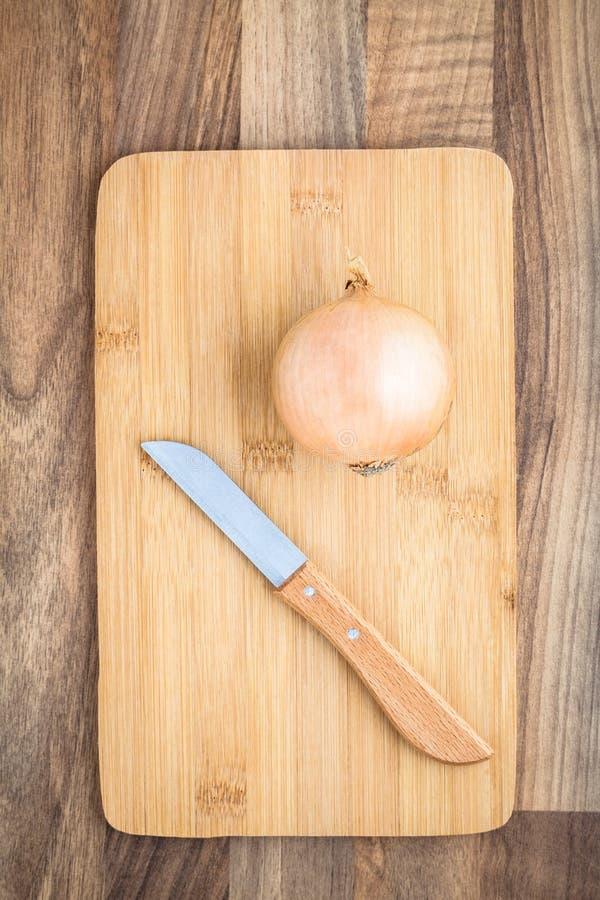 Placa de desbastamento da faca da cebola fotografia de stock