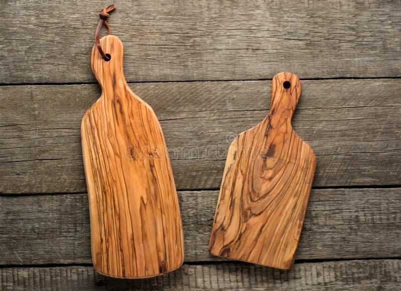 Placa de desbastamento de madeira verde-oliva no fundo de madeira escuro foto de stock royalty free
