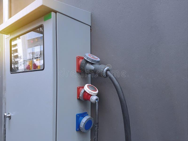 Placa de distribuição principal elétrica com soquetes do cabo fotografia de stock