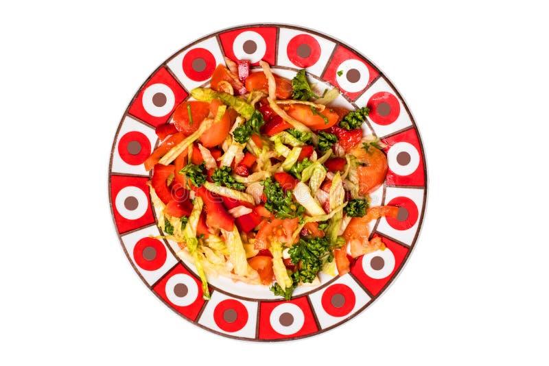 Placa de ensalada aislada Ensalada vegetal vegetariana fresca sana de la primavera en la placa de ensalada de cerámica aislada en foto de archivo