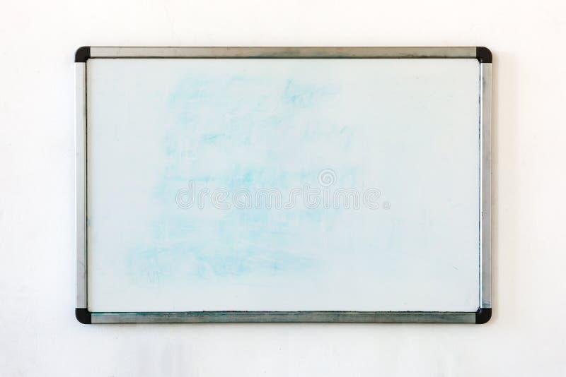 Placa de escrita que pendura na parede suja velha no escritório imagens de stock