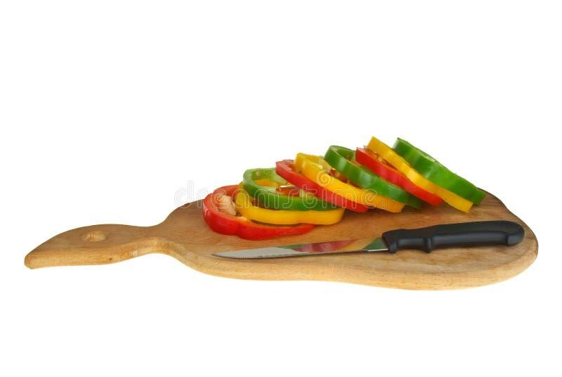 Placa de estaca com pimenta e a faca cortadas de sino fotos de stock