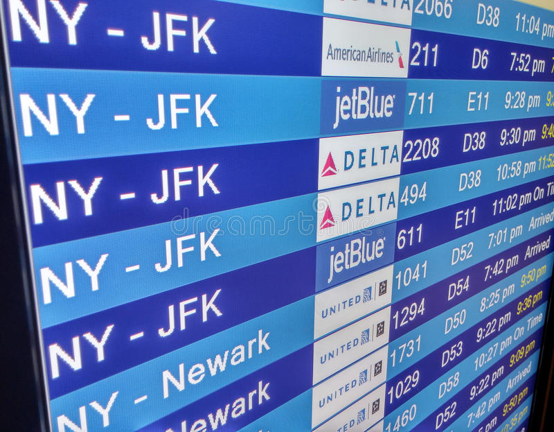 Placa de exposição da chegada no terminal de aeroporto imagem de stock royalty free