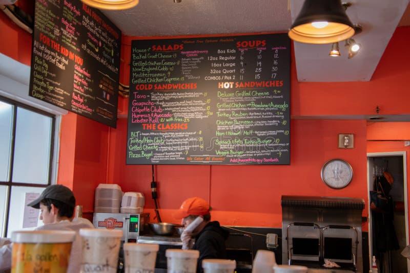 Placa de giz colorida do menu em uma loja do sanduíche foto de stock