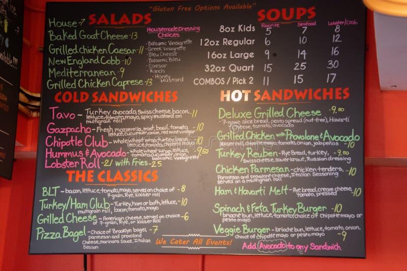 Placa de giz colorida do menu em uma loja do sanduíche imagens de stock