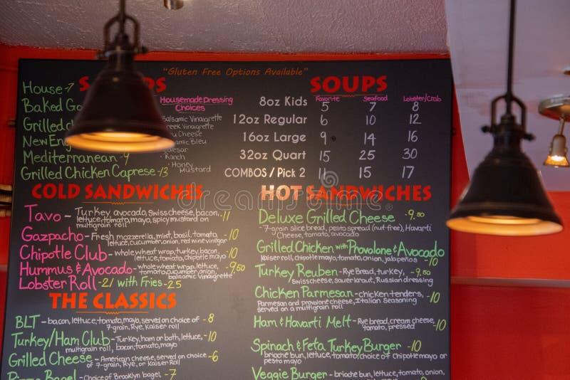 Placa de giz colorida do menu em uma loja do sanduíche fotografia de stock