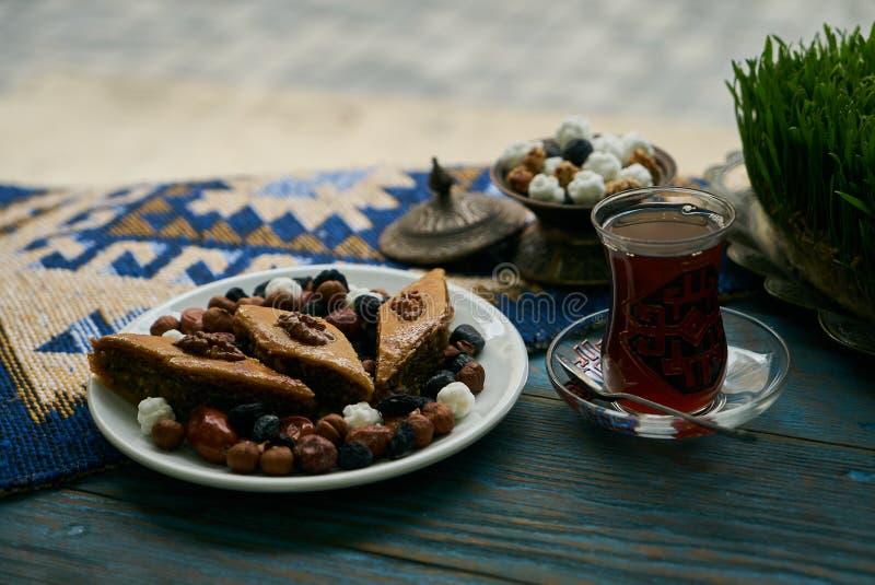 Placa de la bandeja de Novruz con pakhlava nacional de los pasteles de Azerbaijan imágenes de archivo libres de regalías