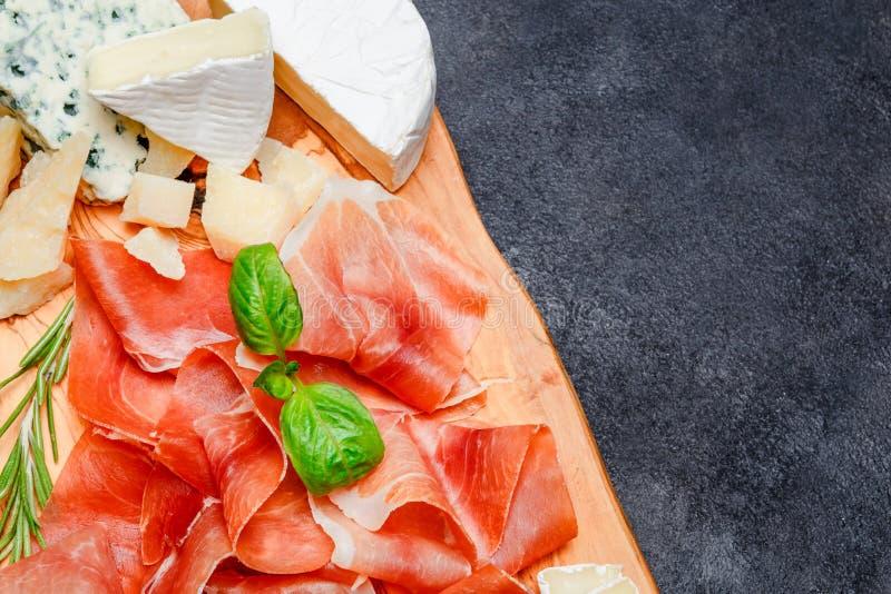 Placa de la carne del crudo italiano del prosciutto o jamon y queso españoles fotografía de archivo libre de regalías