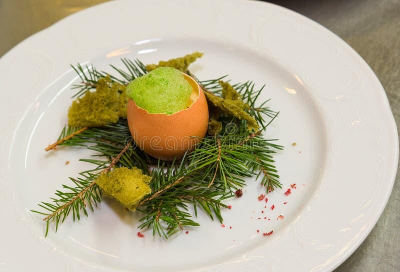 Placa de la comida del huevo de Pascua foto de archivo libre de regalías