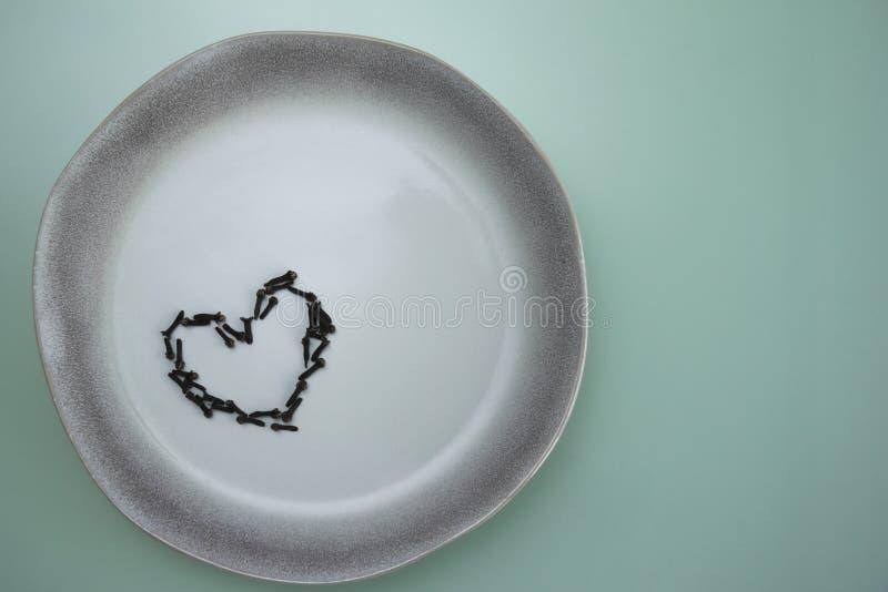 Placa de la especia del clavo del amor de la cerámica del plato fotos de archivo libres de regalías