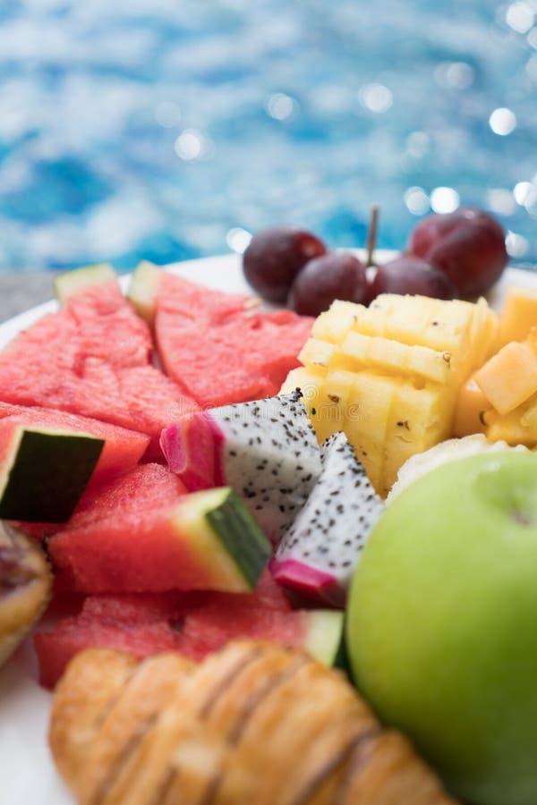 Placa de la fruta por la piscina del hotel fotos de archivo libres de regalías