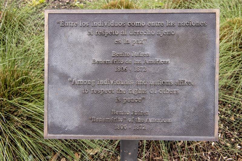 Placa de la información para la estatua de bronce de Benito Juarez en Benito Juarez Parque de Heroes, Dallas City Park en Dallas, fotos de archivo