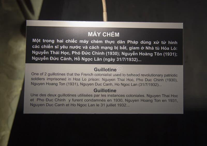 Placa de la información para la guillotina, Hao Lo Prison, Hanoi, Vietnam foto de archivo