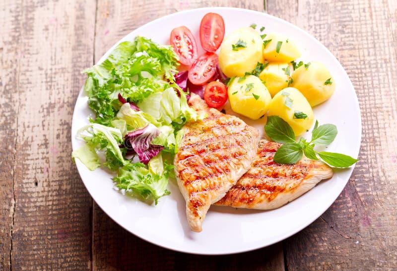 Placa de la pechuga de pollo asada a la parrilla con las verduras imagen de archivo libre de regalías