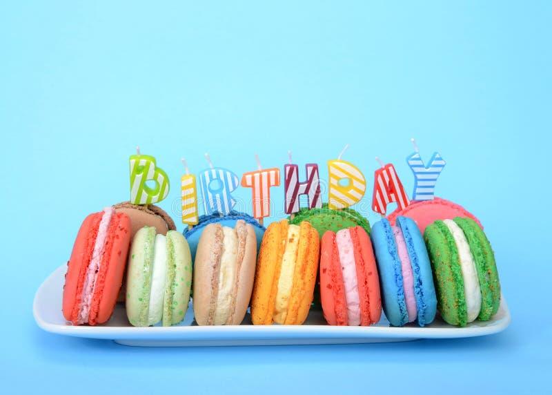 Placa de las galletas coloridas del macaron para el cumpleaños en azul foto de archivo
