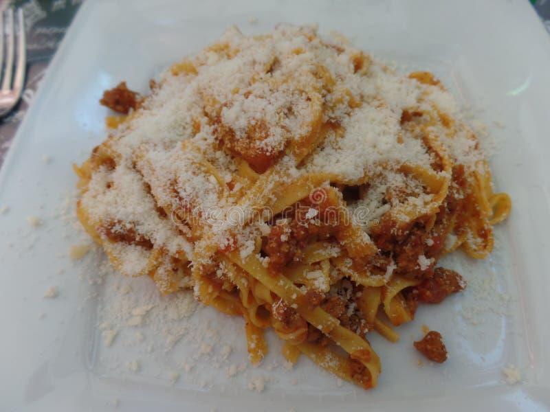Placa de las pastas de los tallarines con la salsa boloñesa foto de archivo libre de regalías