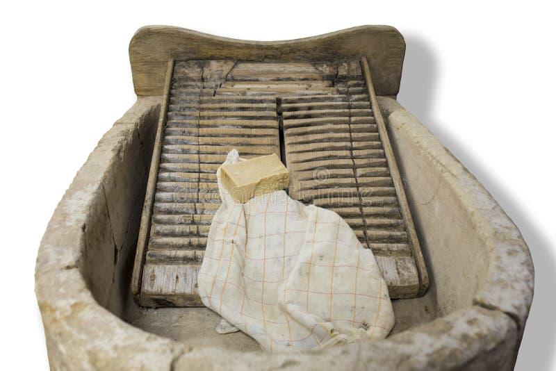 Placa de lavagem medieval e bacia de pedra com sabão e pano foto de stock