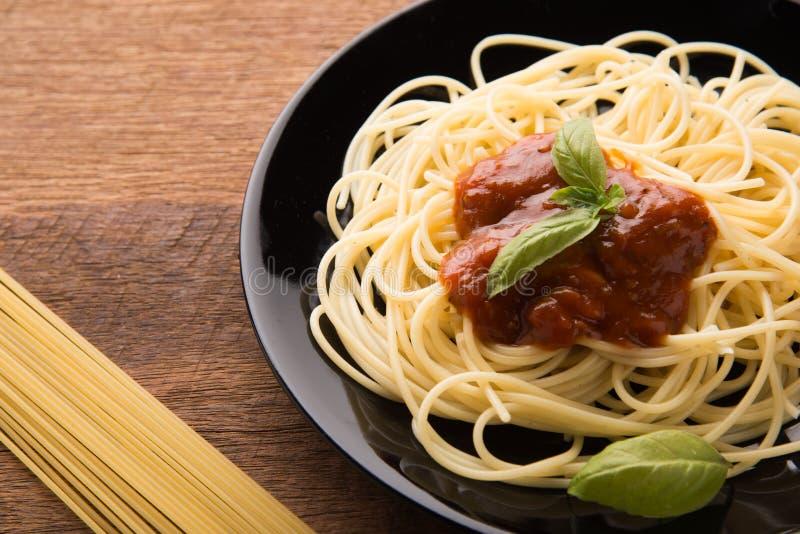 Placa de los espaguetis deliciosos Bolognaise o boloñés con la salsa picadita sabrosa de la carne de vaca y de tomate foto de archivo