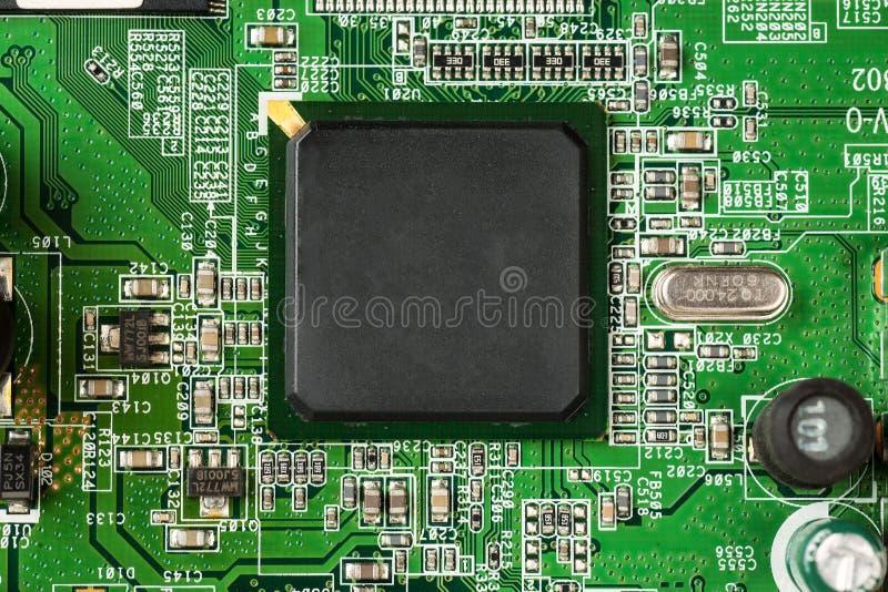 Placa de mãe verde com a microplaqueta preta grande no meio imagens de stock