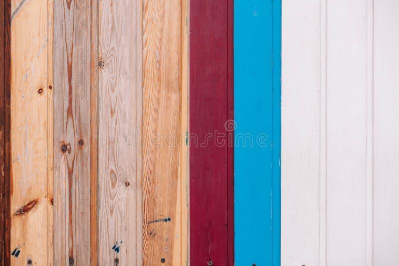 Placa de madeira colorida com fundo da textura dos parafusos imagens de stock