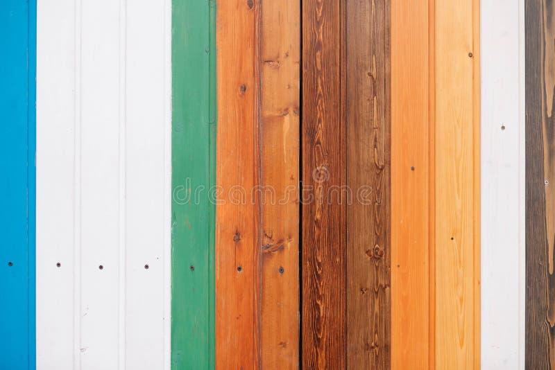 Placa de madeira colorida com fundo da textura dos parafusos fotografia de stock