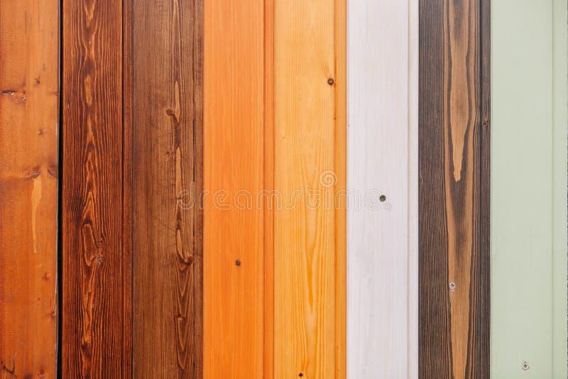 Placa de madeira colorida com fundo da textura dos parafusos fotos de stock royalty free