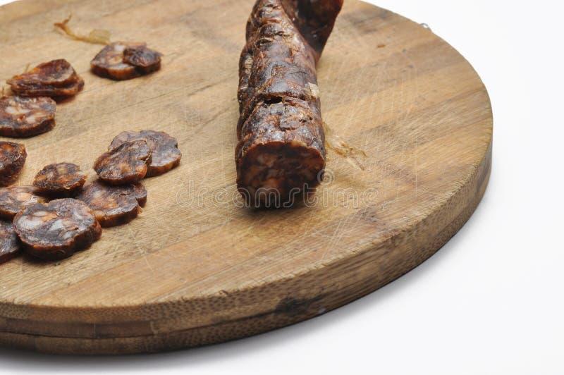 Placa de madeira com as salsichas na tabela Salsicha saboroso Espaço de BreakfastCopy imagens de stock royalty free