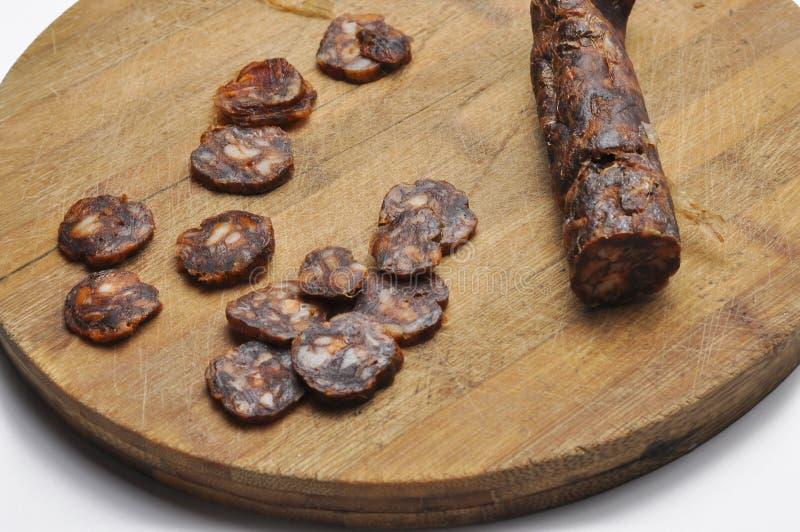 Placa de madeira com as salsichas na tabela Salsicha saboroso Espa?o de BreakfastCopy fotografia de stock
