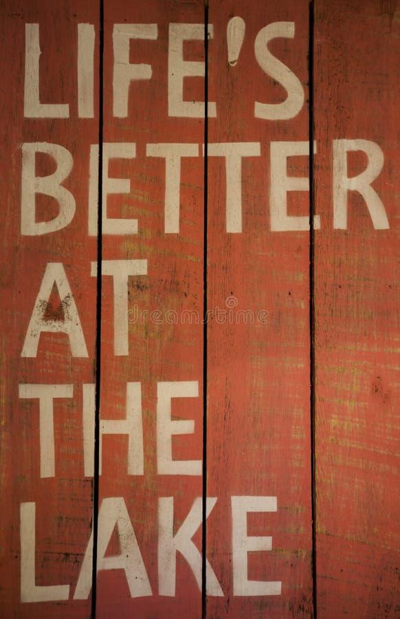 Placa de madeira com uma vida da inscrição melhor no lago Lago Garda, Italy imagem de stock