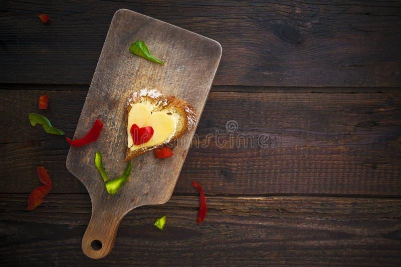A placa de madeira da forma do sanduíche do coração salpica o alimento imagens de stock
