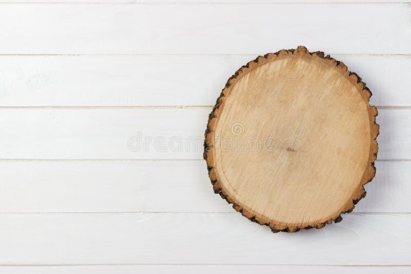 Placa de madeira da prancha na tabela de madeira Vista superior com espaço da cópia imagem de stock royalty free