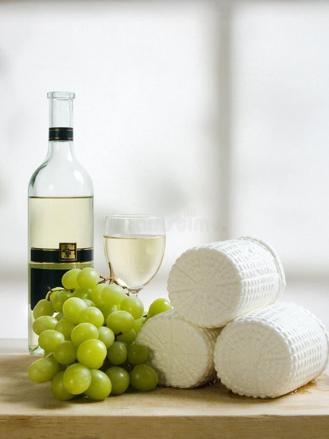 Placa de madeira de uvas e de vinho do queijo imagens de stock royalty free