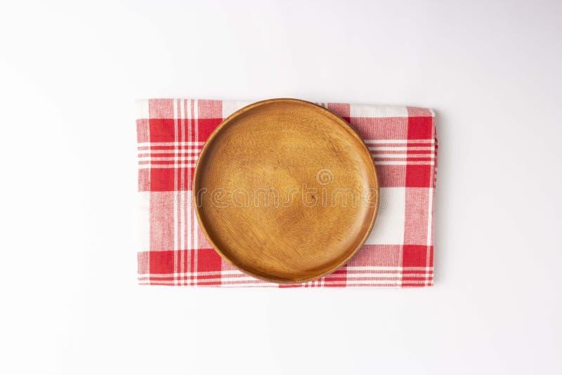 Placa de madeira, matéria têxtil quadriculado vermelha no fundo branco foto de stock