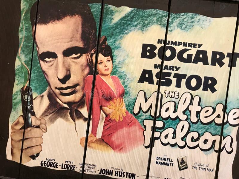 Placa de madeira retro com o cartaz cinematográfico maltês do falcão nele imagem de stock