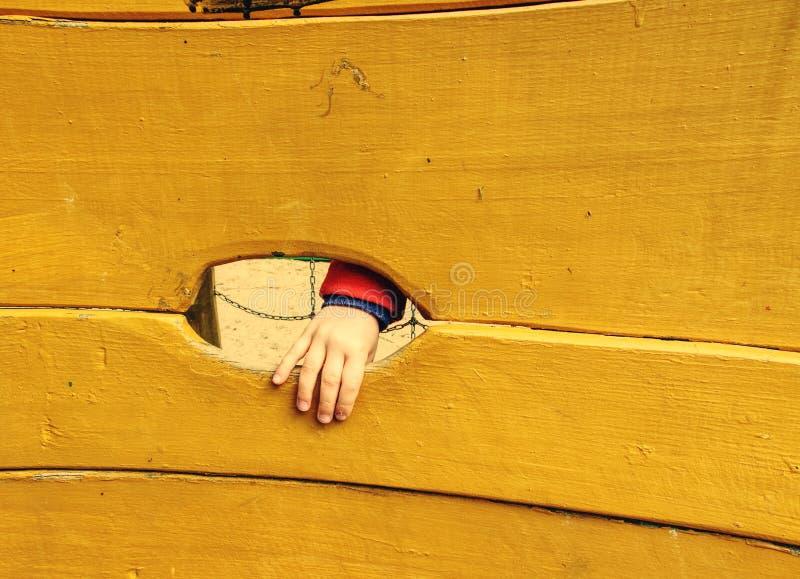 Placa de madeira de uma parede artificial da escalada fotos de stock
