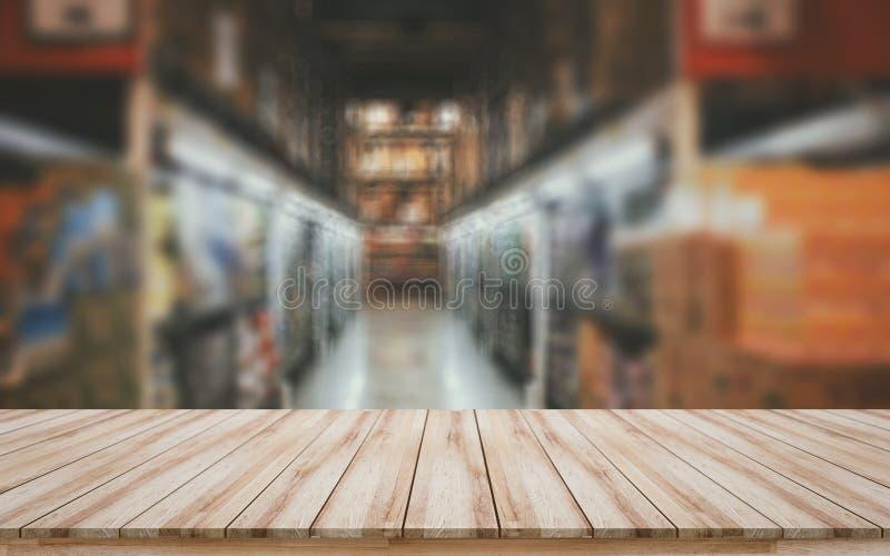 Placa de madeira vazia com fundo borrado do supermercado para a exposição dos produtos da montagem imagens de stock royalty free