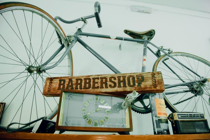 placa de madera con la barbería de la inscripción Barbería de la palabra en un tablero de madera fotografía de archivo