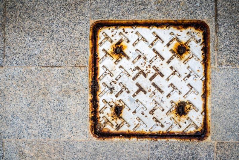 Placa de metal como a tampa da drenagem das águas residuais fotografia de stock royalty free