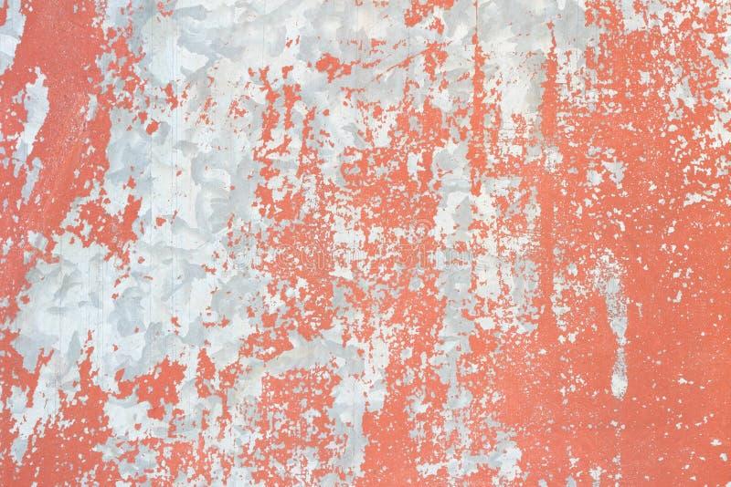 Placa de metal con la pintura roja que pela apagado textura imágenes de archivo libres de regalías