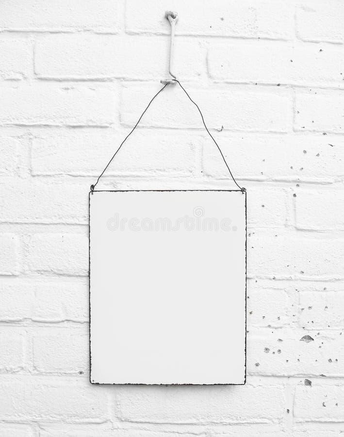 Placa de metal do quadrado branco no fundo branco dos tijolos - espaço para próprio texto - da zombaria molde acima - fotografia de stock royalty free