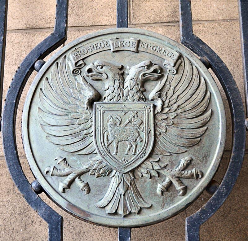 Placa de metal en una puerta que exhibe el escudo de armas de la ciudad de Perth, fotografía de archivo