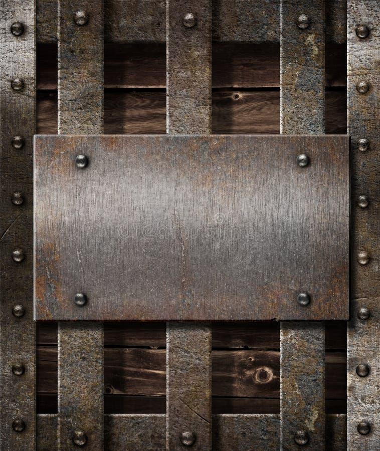 Placa de metal envelhecida no fundo medieval de madeira fotos de stock