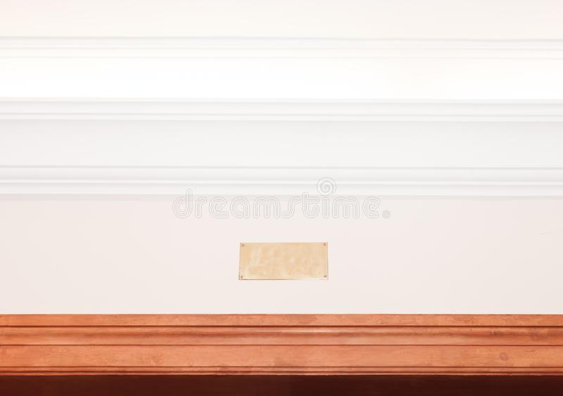 Placa de metal vazia no cornice iluminado fotos de stock