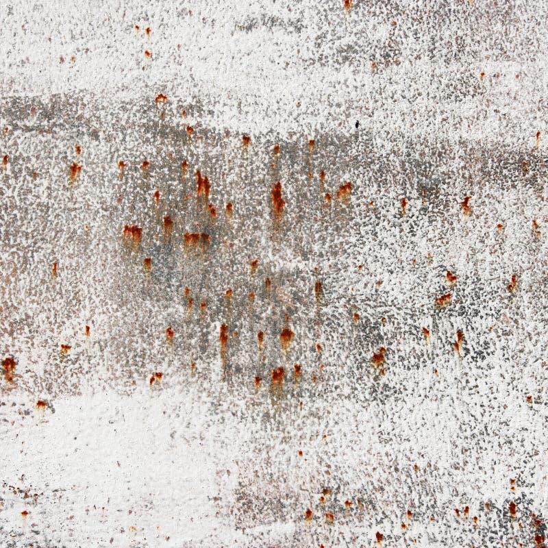 Placa de metal velha oxidada com pintura branca. imagens de stock royalty free